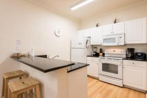 A kitchen or kitchenette at 3 bedroom villa - accommodate 8 guests