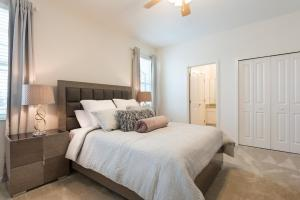 A bed or beds in a room at 4-bedroom house w/ private pool - great location