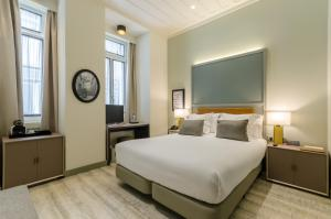 A bed or beds in a room at Vincci Baixa