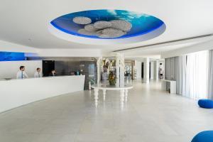 A área de receção ou átrio de Jupiter Algarve Hotel