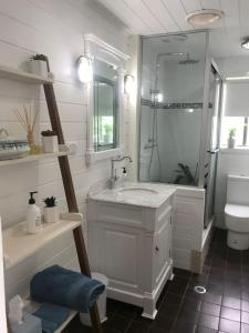 A bathroom at Beachside Cottage