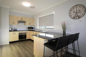 A kitchen or kitchenette at Dolphin Court 1, 1 Gowing Street