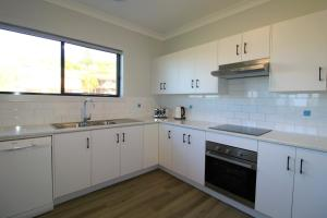 A kitchen or kitchenette at Dolphin Court 2, 1 Gowing Street