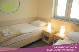 Łóżko lub łóżka w pokoju w obiekcie Golf Zajazd Zajączkowo