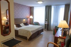 Vuode tai vuoteita majoituspaikassa Hotel Fjalar
