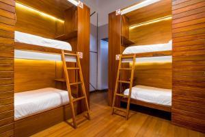 Uma ou mais camas em beliche em um quarto em Masaya Hostel Quito