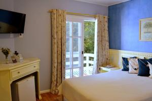 A bed or beds in a room at Pousada Jardim Azul