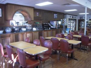 A restaurant or other place to eat at Miners Inn