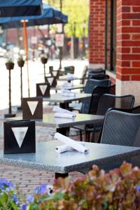 A restaurant or other place to eat at The Bostonian Boston