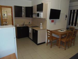 Кухня или мини-кухня в Апарт Отель Доброславия