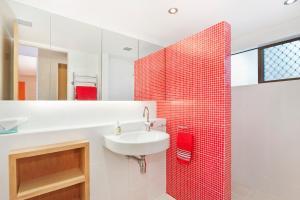 A bathroom at 1/18 Allambi Rise