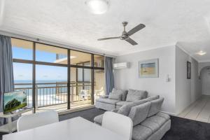 Uma área de estar em Beachcomber Resort - Official