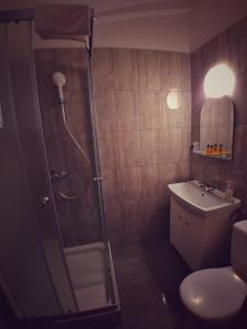 A bathroom at Hotel Komfort Inn - Dwór Hubertus