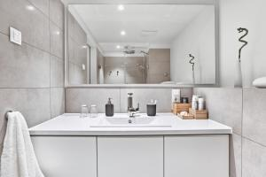 A bathroom at H.ome Serviced Apartments München