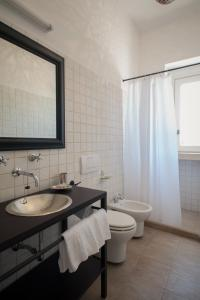 A bathroom at Masseria Montelauro