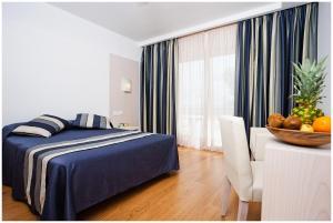 Een bed of bedden in een kamer bij Hotel Spa Sagitario Playa