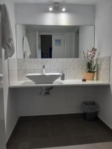 A bathroom at Villa Firostefani