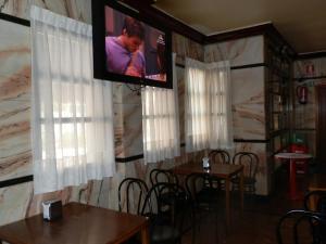 Una televisión o centro de entretenimiento en Hostal Restaurante San Poul