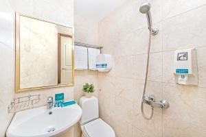 A bathroom at Hotel 81 Chinatown (SG Clean)