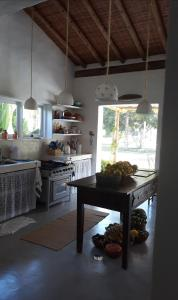 A kitchen or kitchenette at Casa da Cris Praia do Espelho Charme e Natureza