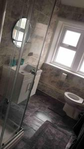 A bathroom at 5 bed maisonette central Westkirby
