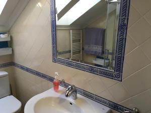 A bathroom at Casa Vale de Azibo
