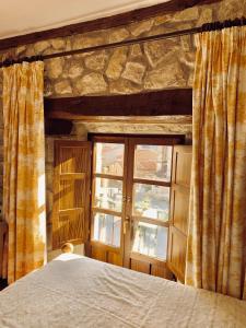 A bed or beds in a room at Hotel Tres Coronas de Silos