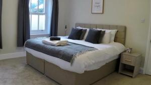 A bed or beds in a room at Garden Flat