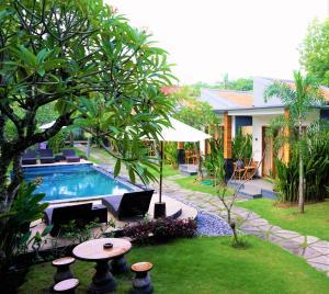 The swimming pool at or near Singabu Bungalows