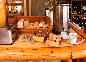 Breakfast options available to guests at Hostería Cumbres Blancas