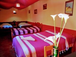 A bed or beds in a room at Hostal El Rincón de los Camellos