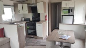 A kitchen or kitchenette at Sunnyglen Holiday Park