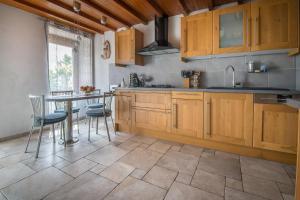 A kitchen or kitchenette at Gite l'Ecoline en Isère 113m2 6 pers grand confort vue extra satellite chien admis