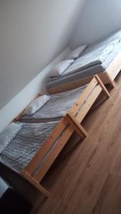 Łóżko lub łóżka w pokoju w obiekcie Pokoje u Juroszka