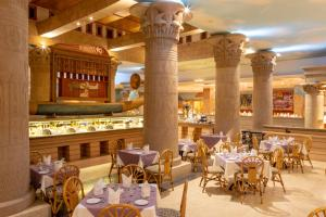 A restaurant or other place to eat at Mercure Luxor Karnak