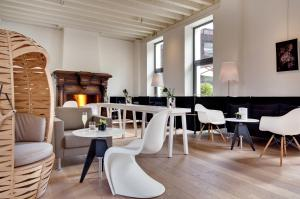 A restaurant or other place to eat at Hôtel Le Saint James