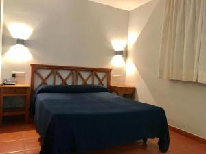 A bed or beds in a room at Hospedería Rural Aldeaduero