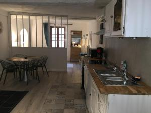 A kitchen or kitchenette at Coeur Vieux Nice Charmant et Calme