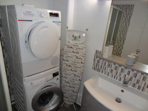 A bathroom at LE MARITIME