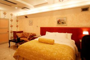 A bed or beds in a room at Meguro Emperor (Adult Only)
