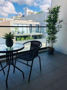 A balcony or terrace at Wyndel Apartments Neutral Bay - The Mint