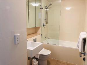 A bathroom at Wyndel Apartments Neutral Bay - The Mint
