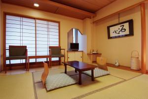 A seating area at Ryokan Asakusa Shigetsu