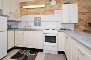 A kitchen or kitchenette at The Sands, Unit 9 - The Entrance