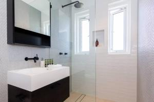 A bathroom at BONDI BREEZE-hosted by:L'Abode Accommodation