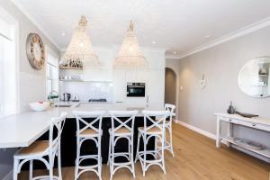A kitchen or kitchenette at BONDI BREEZE-hosted by:L'Abode Accommodation