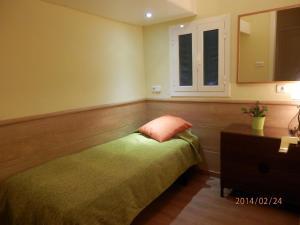 Ein Bett oder Betten in einem Zimmer der Unterkunft Barcelona Central Garden Hostal