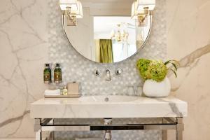 A bathroom at Hotel Estheréa