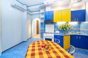 Кухня або міні-кухня у Warm and Bеаutiful Apartments on Kotliara Street