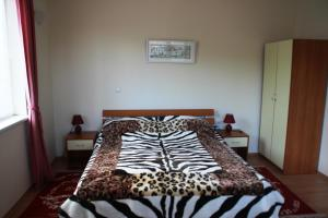 A bed or beds in a room at Eagle Rock Apartments
